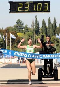 Ο Κλασικός Μαραθώνιος του 2010 συνέπεσε με την επέτειο των 2,500 ετών από τη Μάχη του Μαραθώνα. Δρομείς από ολόκληρο τον κόσμο ήρθαν στην Αθήνα για να συμμετάσχουν και εκείνη σε εκείνη την ιστορική Κυριακή. Πρωταγωνίστρια η εντυπωσιακή Ράσα Ντρασνταουσκάιτε από τη Λιθουανία, η οποία πέτυχε την κορυφαία επίδοση στην ιστορία του αγώνα με δύο ώρες, 31 λεπτά και έξι δευτερόλεπτα.