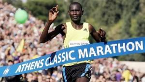 Για 2η φορά στην καριέρα του, ο Κενυάτης Ράιμοντ Κιμουτάι Μπετ τερμάτισε πρώτος στον Κλασικό Μαραθώνιο της Αθήνας. Τερματίζοντας σε 2 ώρες 11 λεπτά και 35 δευτερόλεπτα, ο 28χρονος κατέρριψε το ρεκόρ, που κατείχε από πέρυσι ο Αμπντελκερίμ Μπούμπκερ (2:11.39).