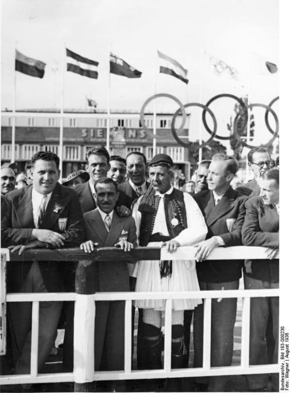 Ankunft des griechischen Prinzen Paul auf dem Flughafen Tempelhof. Der Olympiasieger im Marathonlauf von 1896, Spiridon Louis, mit griechischen Olympiakämpfern in Erwartung des Prinzen Paul. 1936